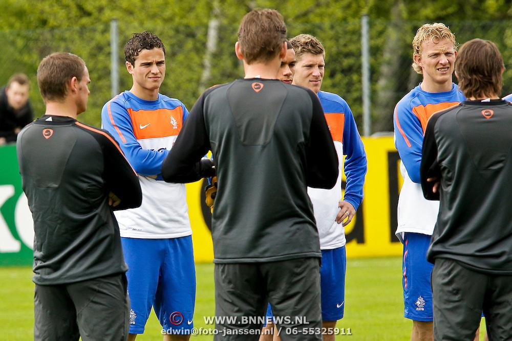 AUS/Seefeld/20100530 - Training NL Elftal WK 2010, team luistert naar bondscoach Bert van Marwijk