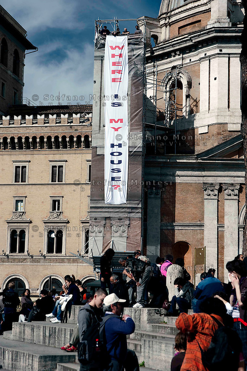 "Roma 27 Febbraio 2010.Occupata la cupola della chiesa Madonna di Loreto per protestare contro lo sgombero avvenuto stamani alla ex-scuola «Tommaso Grossi» di Centocelle.Protesta dei Blocchi precari metropolitani e al Coordinamento cittadino di lotta per la casa.Rome, February 27, 2010.Occupied the dome of Our Lady of Loreto Church in protest against the eviction occurred this morning at the former school ""Tommaso Grossi"" of Centocelle. Protest of the blocks precarious metropolitan and Citizen coordination of struggle for the house."