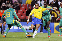 Fotball<br /> Brasil v Sør Afrika<br /> Foto: DPPI/Digitalsport<br /> NORWAY ONLY<br /> <br /> FOOTBALL - CONFEDERATIONS NATIONS CUP 2009 - 1/2 FINAL - BRAZIL v SOUTH AFRICA - 25/06/2009<br /> <br /> ROBINHO (BRA) / KAGISHO DIKGACOI /  AARON MOKOENA (RSA)