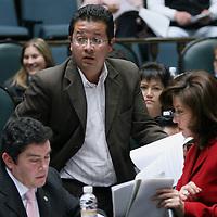 Toluca, Mex.- El diputado Juan Carlos Nuñez (izq) del PAN, recibe documentacion de sus asistentes durante la sesion del Congreso del Estado de Mexico donde se discute el decreto para la aprobacion de la ley de ingresos. Agencia MVT / Mario Vazquez de la Torre. (DIGITAL)<br /> <br /> <br /> <br /> <br /> <br /> <br /> <br /> NO ARCHIVAR - NO ARCHIVE