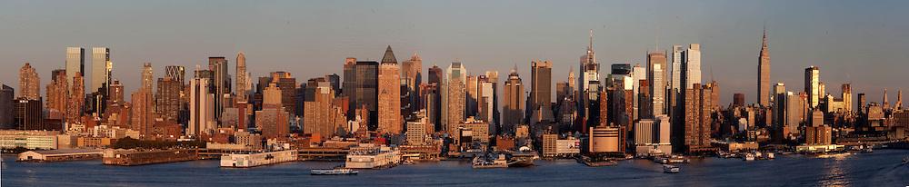 New York . Manhattan  skyline view from new Jersey.  United states  / le panorama de Manhattan Midtown ,  la ligne des gratte ciel de time square,  New York - Etats-unis