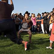 Nederland Rotterdam 23 oktober 2007 20071013 Foto: David Rozing .Serie achterstandswijk Afrikaanderwijk. Dansles / dansen voor groep mensen / publiek  tijdens Dancin on South in het park Afrikaanderplein ..Dancin on South is een initiatief van Sport en Recreatie en wordt georganiseerd in het kader van Pact op Zuid. staat Rotterdam Zuid in het teken van Dancin on South. Gedurende 10 weken hebben 9 Lokale Cultuur Centra en Wijkaccommodaties op Zuid ieder zijn dag een uitgebreid dansprogramma met workshops, voorstellingen, demo's, live muziek en DJ's. Zien, beleven en vooral meedansen staat centraal in Dancin on South..Dansen is bewegen, dansen is cultuur, dansen doe je samen. Dancin on South is voor jong en oud, met workshops naar leeftijd en smaak..Op 13 oktober is Dancin on South afgetrapt op het Afrikaanderplein. Aangekomen met een ouderwetse Amerikaanse schoolbus gaf de danskaravaan tussen 13.00 Ð 15.30 uur een preview van de 9 weken die daarop volgen. In de danskaravaan danste het HipHopHuis mee, Cool!Tango en de Rotterdam Trojans Cheerleaders..Nu trekt de danskaravaan van Dancin on South vanaf 20 oktober, 9 weekenden lang, langs 9 Lokaal Cultuur Centra en Wijkaccommodaties in Rotterdam Zuid. Jong en oud kunnen gratis workshops volgen van onder meer Cool!Tango en het HipHopHuis. Onder de titel Your Dance my Dance geven professionele dansers presentaties van Bollywood, Capoeira, Ballroom, Flamenco en nog veel meer..Iedere ochtend van Dancin on South kun je samen met Fleur van Dance Hall een dans leren uit een videoclip..In de Dancin on South mini-cinema kunnen de senioren even terug in de tijd met dansfilmklassiekers..Alle 9 Dancin on South dagen worden feestelijk afgesloten met een open podium en een DJ. We nodigen je uit op de dansvloer om te laten zien wat je die dag hebt geleerd...Foto David Rozing/