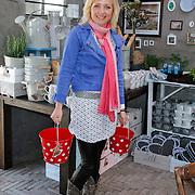 NLD/Elst/20120419 - Yvon Jaspers lanceert servieslijn, Yvon Jaspers tussen haar ontwerpen