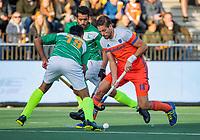 AMSTELVEEN - Bjorn Kellerman (Ned) met Ammad Butt (Pak) en Muhammad Irfan (Pak)  tijdens  de tweede  Olympische kwalificatiewedstrijd hockey mannen ,  Nederland-Pakistan (6-1). Oranje plaatst zich voor de Olympische Spelen 2020.  COPYRIGHT KOEN SUYK