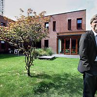 Nederland, Amsterdam , 18 augustus 2010..Aart Scheene, hoogleraar psychiatrie AMC/UvA en opleider van arts assistenten..op de achtergrond het dagverblijf van psychotische patienten op de psychiatrische afdeling van het AMC..Foto:Jean-Pierre Jans