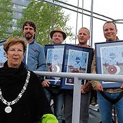 NLD/Almere/20120531 - Concert Racoon in the Sky, Burgemeester Annemarie Jorritsma met  de heren van Racoon en hun platina plaat