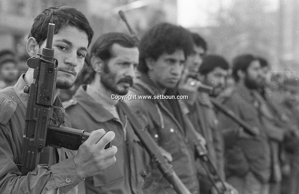 Iran - 06/12/1979 -   Pasdarans, revolutions grd demonstration in front of the american embassy occupied by the students supporting Khomeyni /// les gardiens de la revolution * les pasdarans, manifestation devant l ambassade americaine occupée par les etudiants pro Khomeyni ///  IRAN27049 6