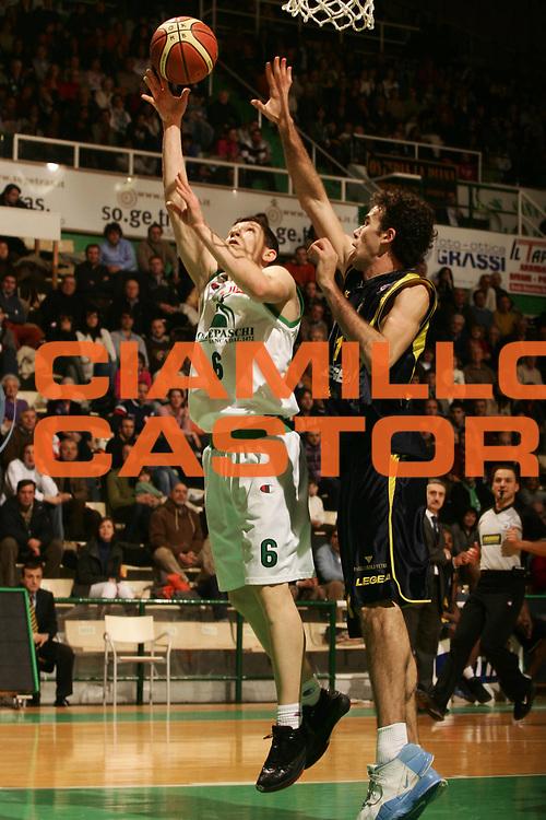 DESCRIZIONE : Siena Lega A1 2007-08 Montepaschi Siena Legea Scafati <br /> GIOCATORE : Vlado Ilievski <br /> SQUADRA : Montepaschi Siena <br /> EVENTO : Campionato Lega A1 2007-2008 <br /> GARA : Montepaschi Siena Legea Scafati <br /> DATA : 24/02/2008 <br /> CATEGORIA : Tiro <br /> SPORT : Pallacanestro <br /> AUTORE : Agenzia Ciamillo-Castoria/P.Lazzeroni