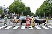 Nederland,Nijmegen, 27-7-2014Een Romeinse soldaat met drie burgers uit de Romeinse tijd loopt met twee ezels via het Trajanusplein richting museumpark Orientalis. Zij doen dit ter promotie van de activiteiten van dit museum over de wereldgodsdiensten.FOTO: FLIP FRANSSEN/ HOLLANDSE HOOGTE