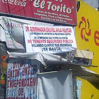 La Paz, Mex.- Habitantes de este municipio colocaron mantas en donde inician una campaña en contra del alcalde Rolando Castellanos Hernández, en donde piden la intervención del gobernador Eruviel Ávila Villegas para que  el edil cumpla con los compromisos signados. Agencia MVT / José Antonio Hernández. (DIGITAL)<br /> <br /> NO ARCHIVAR - NO ARCHIVE