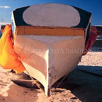 Popa (parte traseira) de uma canoa de garapuvu, na praia da Barra da Lagoa. Esculpida de um tronco so dessa arvore, e uma heranca cultural dos indios guaranis, Florianopolis, Santa Catarina, Brasil. foto de Ze Paiva/Vista Imagens