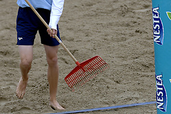 25-08-2006: VOLLEYBAL: NESTEA EUROPEAN CHAMPIONSHIP BEACHVOLLEYBALL: SCHEVENINGEN<br /> De moppers van de beach - beach item<br /> ©2006-WWW.FOTOHOOGENDOORN.NL