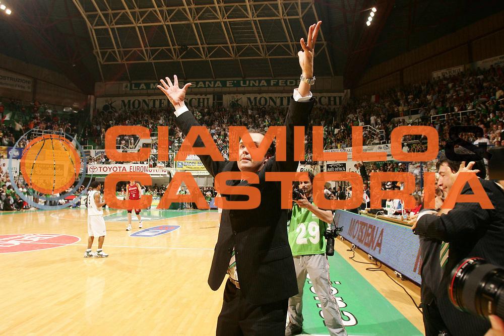 DESCRIZIONE : Siena Lega A1 2007-08 Playoff Finale Gara 5 Montepaschi Siena Lottomatica Virtus Roma <br /> GIOCATORE : Simone Pianigiani<br /> SQUADRA : Montepaschi Siena<br /> EVENTO : Campionato Lega A1 2007-2008 <br /> GARA : Montepaschi Siena Lottomatica Virtus Roma<br /> DATA : 12/06/2008 <br /> CATEGORIA : esultanza<br /> SPORT : Pallacanestro <br /> AUTORE : Agenzia Ciamillo-Castoria/P.Lazzeroni<br /> Galleria : Lega Basket A1 2007-2008 <br /> Fotonotizia : Siena Campionato Italiano Lega A1 2007-2008 Playoff Finale Gara 5 Montepaschi Siena Lottomatica Virtus Roma  <br /> Predefinita :
