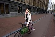 Een meisje fiets al bellend in Amsterdam