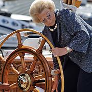 Nederland,Offingawier,11-08-2010 Koningin Beatrix aan het roer van het koninklijke jacht De Groene Draeck varend op het Snekermeer. De koningin bezoekt het zeil evenement De Sneekweek tijdens Hardzeildag. Het evenement wordt dit jaar voor de 75e keer gehouden. Dutch Queen Beatrix at the rudder of her traditional yacht The Groene Draeck during a sailing event called the Sneekweek. FOTO: Gerard Til / Hollandse Hoogte