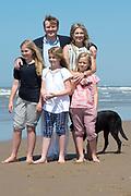 Koning Willem-Alexander en koningin Maxima poseren samen met de prinsesjes Ariane, Amalia en Alexia tijdens de jaarlijkse fotosessie op het strand bij het natuurgebied Meijendel in Wassenaar. <br /> <br /> King Willem-Alexander and Queen Maxima posing together with the princesses Ariane, Amalia and Alexia at the annual photo session on the beach at the nature Meijendel in Wassenaar.<br /> <br /> Op de foto / On the photo:  Koning Willem-Alexander en koningin Maxima  met de prinses Ariane, prinses  Amalia en prinses  Alexia met hun honden Skipper en Nala <br /> <br /> <br /> King Willem-Alexander and Queen Maxima with the Princess Ariane, Princess Amalia and Princess Alexia with their dogs Skipper and Nala