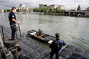 Paris, France. 28 Avril 2009..Epreuves du test de selection pour entrer a la Brigade Fluviale de Paris..Quai Saint Bernard (5eme Arrondissement)..Paris, France. April 28th 2009..Entrance examination of the Paris fluvial squad..Quai Saint Bernard (5th Arrondissement)