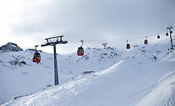 THEMENBILD - Liftstützen mit Gondeln des Gletscherjet 2, aufgenommen am 15. Januar 2015 am Kitzsteinhorn, Kaprun, Österreich. EXPA Pictures © 2014, PhotoCredit: EXPA/ JFK
