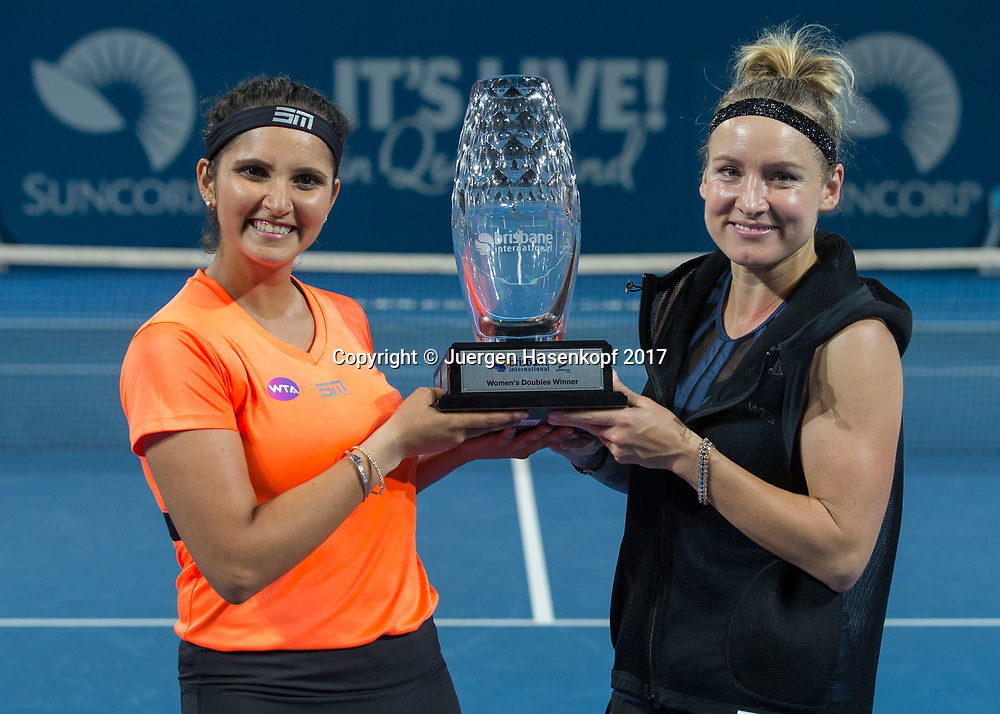 Sieger BETHANIE MATTEK-SANDS (USA)-SANIA MIRZA (IND) mit dem Pokal,, Siegerehrung<br /> <br /> Tennis - Brisbane International  2017 - WTA -  Pat Rafter Arena - Brisbane - QLD - Australia  - 7 January 2017. <br /> &copy; Juergen Hasenkopf