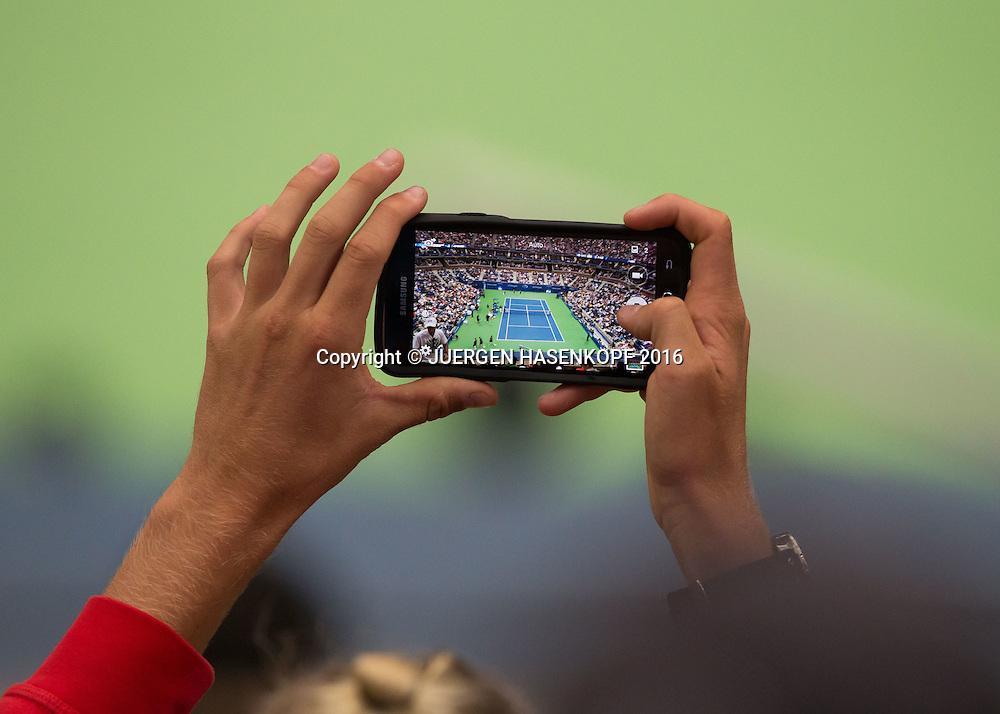 US Open 2016 Feature, Zuschauer, Fan macht ein Foto vom Centre Court mit dem Mobiltelefon, <br /> <br /> Tennis - US Open 2016 - Grand Slam ITF / ATP / WTA -  USTA Billie Jean King National Tennis Center - New York - New York - USA  - 6 September 2016.