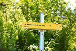 THEMENBILD - ein gelber Wanderwegweiser zeigt den Weg zur Krefelderhütte an, aufgenommen am 01. Juli 2019, Kaprun, Österreich // a yellow hiking sign shows the way to the Krefelderhütte on 2019/07/01, Kaprun, Austria. EXPA Pictures © 2019, PhotoCredit: EXPA/ Stefanie Oberhauser