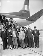 23/05/1957<br /> 05/23/1957<br /> 23 May 1957<br /> F.A.I. Youths team for tour of Germany. The team about to board the plane to Germany.