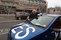 James McLeod Yes supporter paints his car outside of the Scottish Parliament. <br /> Members of different political ideal gather in the scottish parliament due what Today 18th September is the Scottish Referendum. Pako Mera/Universal News And Sport (Europe) 18/09/2014