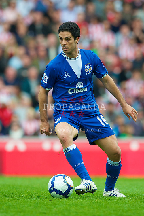 STOKE, ENGLAND - Saturday, May 1, 2010: Everton's Mikel Arteta in action against Stoke City during the Premiership match at Britannia Stadium. (Photo by David Rawcliffe/Propaganda)