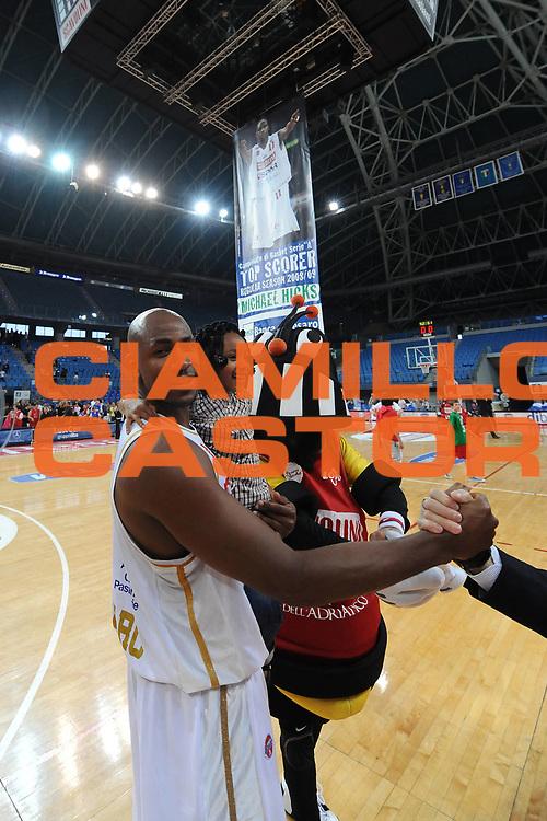 DESCRIZIONE : Pesaro Lega A 2008-09 Scavolini Spar Pesaro Angelico Biella<br /> GIOCATORE : Michael Hicks<br /> SQUADRA : Scavolini Spar Pesaro<br /> EVENTO : Campionato Lega A 2008-2009 <br /> GARA : Scavolini Spar Pesaro Angelico Biella<br /> DATA : 10/05/2009<br /> CATEGORIA : Esultanza Curiosita<br /> SPORT : Pallacanestro <br /> AUTORE : Agenzia Ciamillo-Castoria/L.Toni