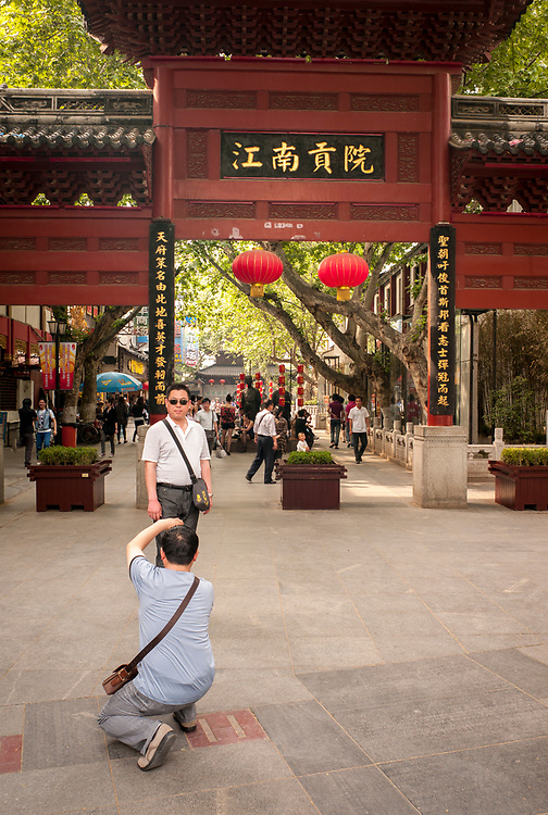 Nankin, Chine. Centre ville. Des touristes se prennent en photo.<br /> <br /> Nanjing, China. City center. Tourists take pictures of each other.