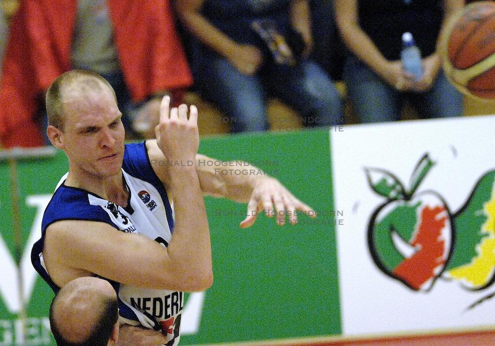 16-09-2006 BASKETBAL: NEDERLAND - ALBANIE: NIJMEGEN<br /> De basketballers hebben ook hun vierde wedstrijd in de kwalificatiereeks voor het Europees kampioenschap in winst omgezet. In Nijmegen werd een ruime overwinning geboekt op Albanie: 94-55 / Peter van Paassen<br /> &copy;2006-WWW.FOTOHOOGENDOORN.NL