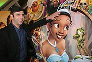 Foto di Donato Fasano Photoagency, nella foto : Checcozalone Luca Medici alla presentazione del film a Bari il 27 11 2009 titolo film cado dalle nubi, nella foto scherza con i cartoni la nuova pricipessa
