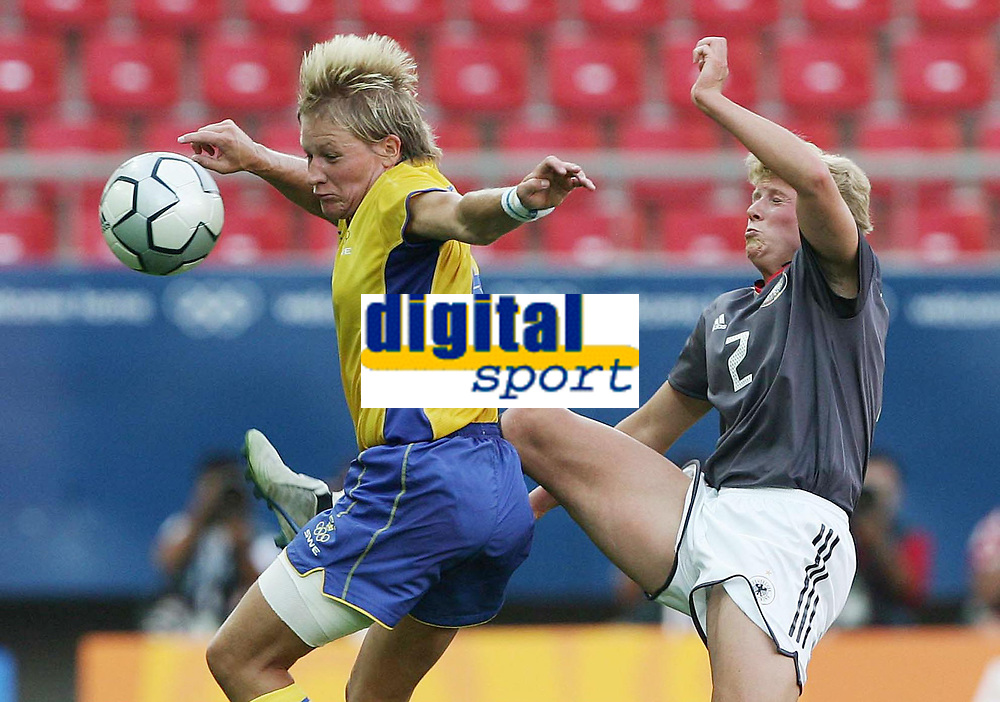 Fotball, 26. august 2004, Ol Athen, v.l. Kristin Bengtsson, Sverige og Kerstin Stegemann, Tyskland