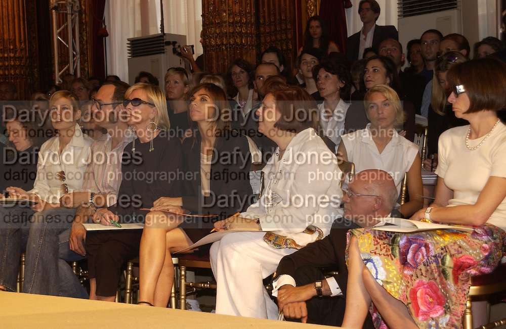 Carine Roitfield, Susy Menkes and Anna Wintour. Yves St. Laurent couture show. Intercontinental. Paris. 11 July 2001. © Copyright Photograph by Dafydd Jones 66 Stockwell Park Rd. London SW9 0DA Tel 020 7733 0108 www.dafjones.com