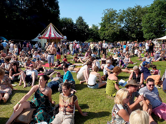 Nederland, Nijmegen, 9-6-2014MusicMeeting. Fesivalterrein in park Brakkenstein. Het mooie weer zorgde voor veel bezoekers en een goede sfeer.Foto: Flip Franssen/Hollandse Hoogte