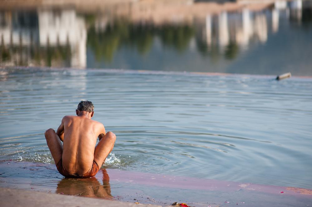 Man bathing at Pushkar lake (India)