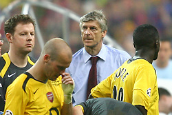 PARIS, FRANCE - WEDNESDAY, MAY 17th, 2006: Arsenal's manager Arsene Wenger looks dejected after losing 2-1 to FC Barcelona during the UEFA Champions League Final at the Stade de France. (Pic by David Rawcliffe/Propaganda)