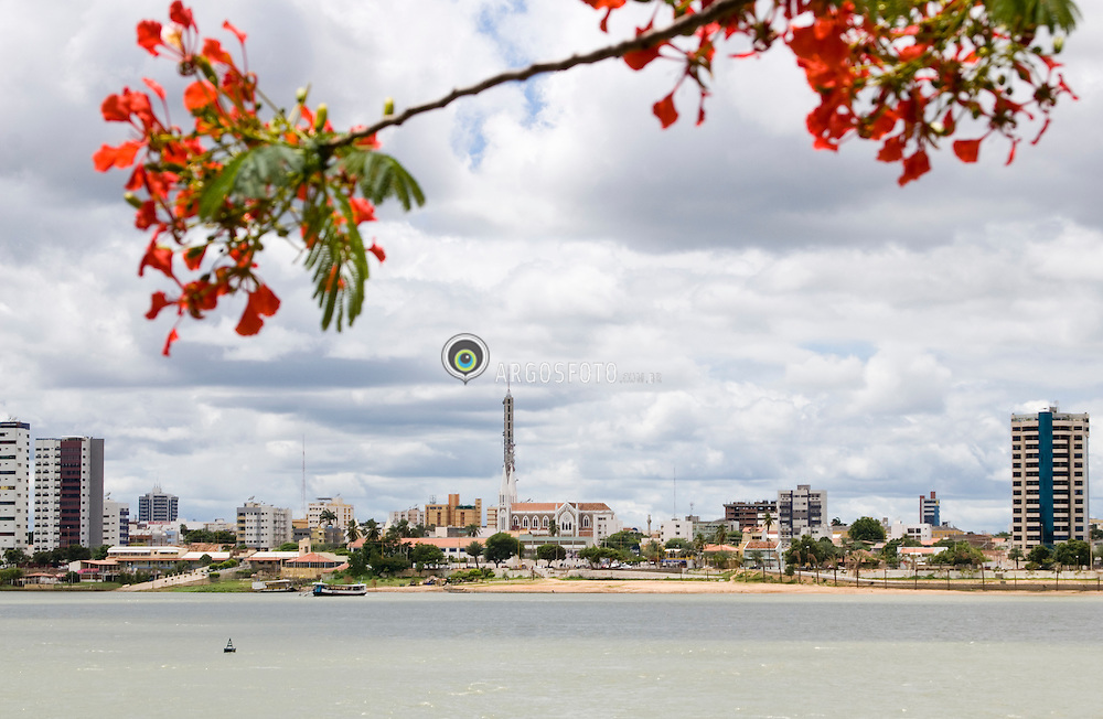 Petrolina municipio do estado de Pernambuco, banhado pelo Rio Sao Francisco.Foto feita na cidade de Juazeiro./ Petrolina is a city located in the state of Pernambuco.It is situated on the left bank of the São Francisco River across from its twin city of Juazeiro, Bahia