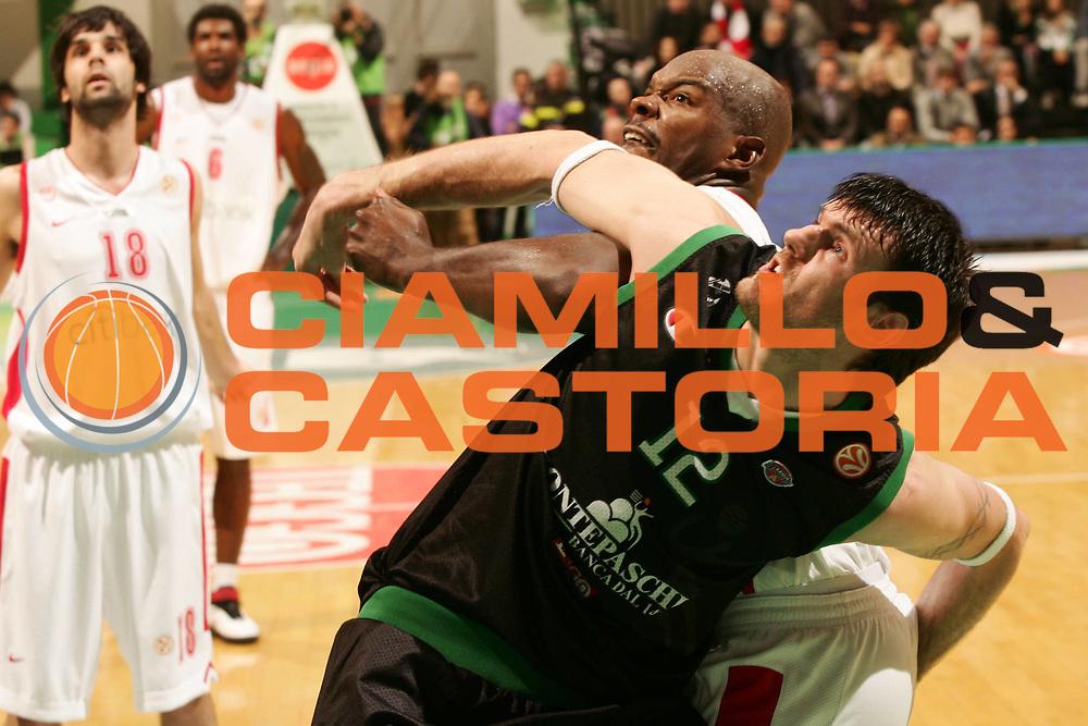 DESCRIZIONE : Siena Eurolega 2007-08 Montepaschi Siena Olimpiacos Piraeus <br /> GIOCATORE : Ksistof Lavrinovic <br /> SQUADRA : Montepaschi Siena <br /> EVENTO : Eurolega 2007-2008 <br /> GARA : Montepaschi Siena Olimpiacos Piraeus <br /> DATA : 05/12/2007 <br /> CATEGORIA : Rimbalzo <br /> SPORT : Pallacanestro <br /> AUTORE : Agenzia Ciamillo-Castoria/P.Lazzeroni