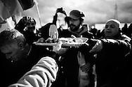 """Pomigliano D'Arco, Italia - 14 dicembre 2011. Operai FIAT mangiano dolci """"alla faccia"""" di Sergio Marchionne al termine delle proteste dall'esterno della fabbrica all'interno della quale si è svolta la cerimonia di presentazione della nuova Panda al cospetto del presidente FIAT John Elkann e dell'amministartore delegato Sergio Marchionne..Ph. Roberto Salomone Ag. Controluce.ITALY - FIAT workers of the Pomigliano D'Arco plant protest outside the gates of the factory on the day of the presentation of the new FIAT Panda on December 14, 2011."""
