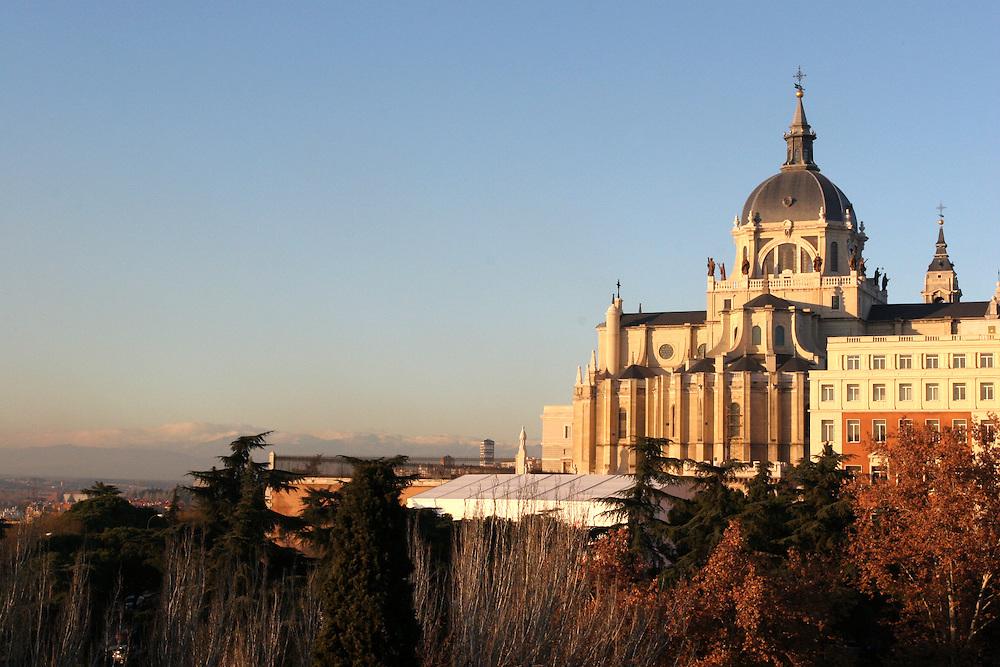 Santa Mar&iacute;a La Real de La Almudena, Catedral de Madrid. Est&aacute; situada en la calle Bail&eacute;n, en pleno centro de la ciudad y junto al emblem&aacute;tico Palacio Real.<br /> <br /> Santa Mar&iacute;a La Real de La Almudena is the Cathedral of Madrid. It is located in city centre close to the Royal Palace.