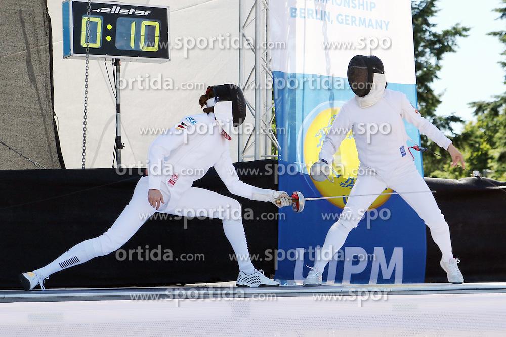 30.06.2015, Olympiapark Berlin, Berlin, GER, moderner Fünfkampf WM, Staffelbewerb Damen, im Bild Olympiasiegerin Lena Schoeneborn (SSF Bonn 1905) gegen Lena Bilkova (Tschechien) beim Bonusfechten // during Women's relay race of the the world championship of Modern Pentathlon at the Olympiapark Berlin in Berlin, Germany on 2015/06/30. EXPA Pictures © 2015, PhotoCredit: EXPA/ Eibner-Pressefoto/ Hundt<br /> <br /> *****ATTENTION - OUT of GER*****