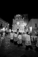 Una fila di preti si dirigono insieme alla statua della Madonna del Carmine verso la chiesa Matrice di Mesagne (Br). Come ogni anno si festeggia la Vergine protettrice del paese per aver salvato la popolazione da un terribile terremoto avvenuto nel 1700 circa.
