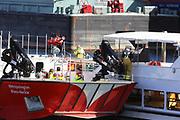 Mannheim. 29.07.17 | &Uuml;bung um M&uuml;hlauhafen<br /> M&uuml;hlauhafen. Rettungs&uuml;bung von Feuerwehr DLRG und ASB. Das Szenario: Ein Fahrgastschiff brennt und die Passagiere m&uuml;ssen gerettet werden. <br /> Auf der MS Oberrhein wird ge&uuml;bt. Dazu ankert das Schiff in der Fahrrinne des M&uuml;hlauhafens. Das Feuerl&ouml;schboot Metropolregion 1 kommt dazu.<br /> <br /> BILD- ID 0927 |<br /> Bild: Markus Prosswitz 29JUL17 / masterpress (Bild ist honorarpflichtig - No Model Release!)