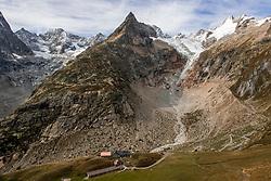 15-09-2017 ITA: BvdGF Tour du Mont Blanc day 6, Courmayeur <br /> We starten met een dalende tendens waarbij veel uitdagende paden worden verreden. Om op het dak van deze Tour te komen, de Grand Col Ferret 2537 m., staat ons een pittige klim (lopend) te wachten. Na een welverdiende afdaling bereiken we het Italiaanse bergstadje Courmayeur.