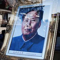 BEIJING, NOV. 8, 2012 : ein Portrait von Mao Zedong im Schaufenster eines Geschaeftes in einer Einkaufsstrasse .