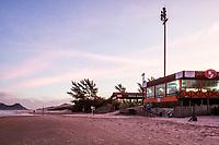 Restaurante na Praia do Campeche ao anoitecer. Florianópolis, Santa Catarina, Brasil. / Restaurant in Campeche Beach at dusk. Florianopolis, Santa Catarina, Brazil.