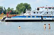 Nederland, Nijmegen, 3-7-2015Warme zomerse dag op het Waalstrand van Nijmegen in de Ooijpolder, makkelijk te bereiken via de voetgangersbrug Ooijblik die hier ligt. Het zwemmen in de rivier de waal, rijn, is gevaarlijk vanwege de veraderlijke stroming en de drukke scheepvaart.Foto: Flip Franssen/Hollandse Hoogte 1-7-2015 The Dutch national weather institute KNMI announced its emergency hot weather plan. Temperatures are expected to rise well above 30 degrees Celsius this week. The heatwave reaches its peak on saturday.Hot summer weather.