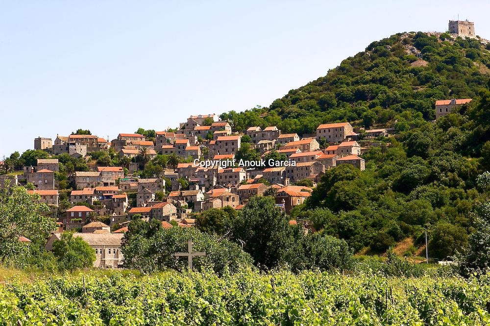 Les habitants de Lastovo sont pe?cheurs, e?leveurs de che?vre et de mouton et cultivateurs. Huile d'olive, vin, cultures maraiche?re et pommes de terre sont produit a? l'e?chelle familiale.