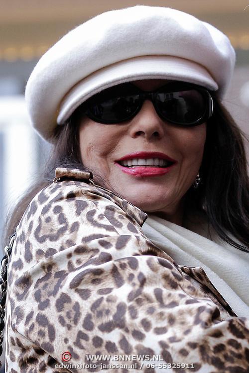 NLD/Amsterdam/20120421 - Aankomst Joan Collins bij haar hotel na winkelen in Amsterdam,